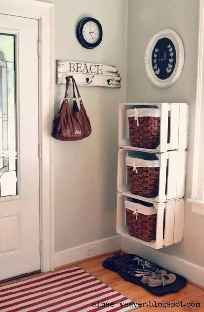 Des caisses de bois peintes en blanc et des paniers.  De la page : Rethink & reuse & recycle.
