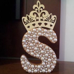 Inicial grande dourada, decorada com pérolas e com uma linda coroa espelhada dourada. LINDA !    Ideal para seu quarto, casa, decoração de mesa para festas, comunhão, noivado, casamento, etc.