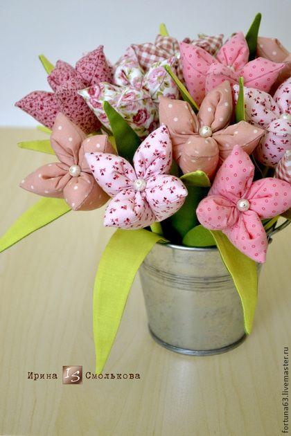 Купить или заказать Текстильные цветы в интернет-магазине на Ярмарке Мастеров. Цветы выполнены из американского хлопка. Такой букет по-весеннему освежит интерьер или станет прекрасным подарком на праздник. Отличный вариант использовать их для фотосессии! Представленный букет состоит из 17 цветочков, выполненных в 6 вариантах ткани в розовой цветовой гамме. Если Вам нужны цветы в другой цветовой гамме, не проблема, можно выполнить и в сине-голубом, и сиреневом, и …