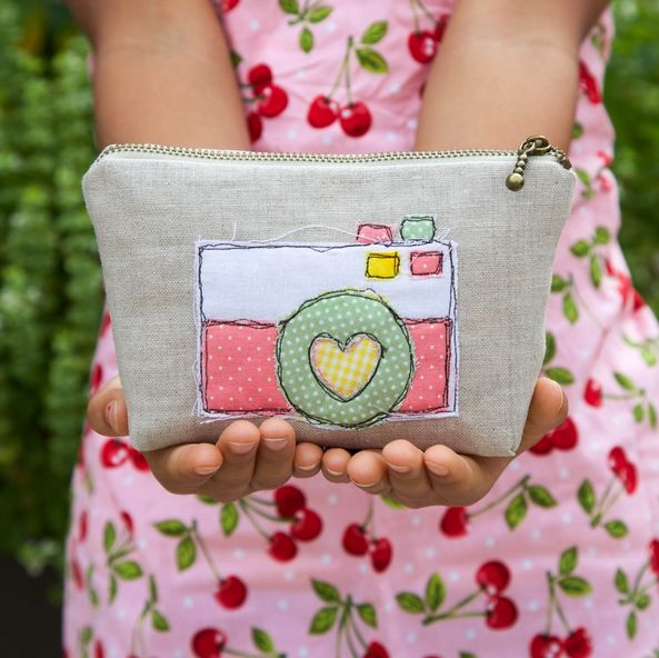 Learn how fabric scraps can be transformed into simple appliques with this sweet camera zipper bag DIY. Appliques are perfect projects for fabric scraps.