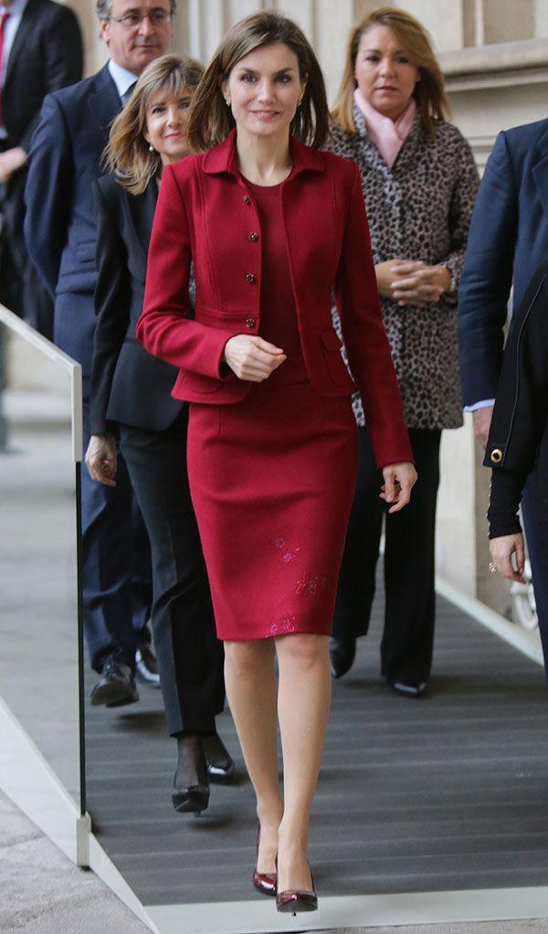La Reina Letizia con traje de chaqueta y falda color burdeos.