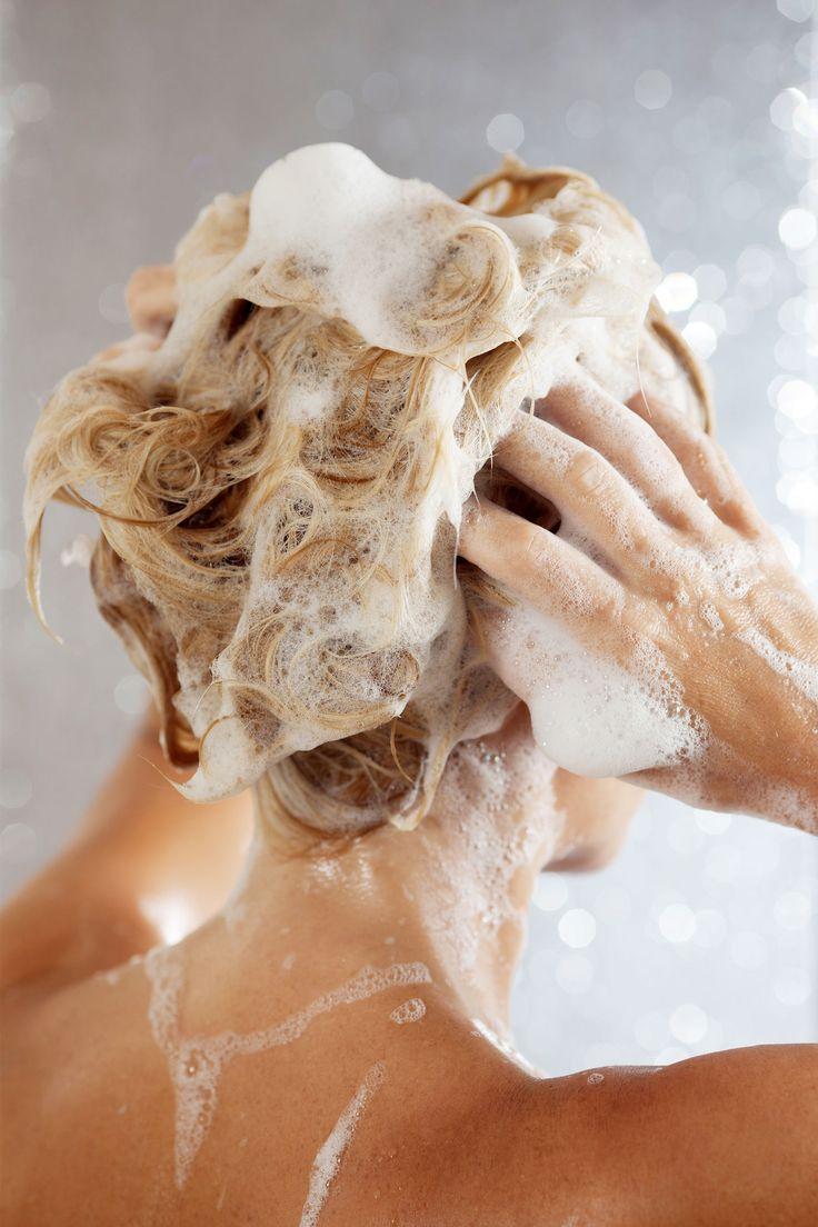 So nicht! Erfahren Sie, welche Angewohnheiten Sie beim Haare waschen besser ganz schnell ablegen sollten und verraten Ihnen, wie es richtig geht.