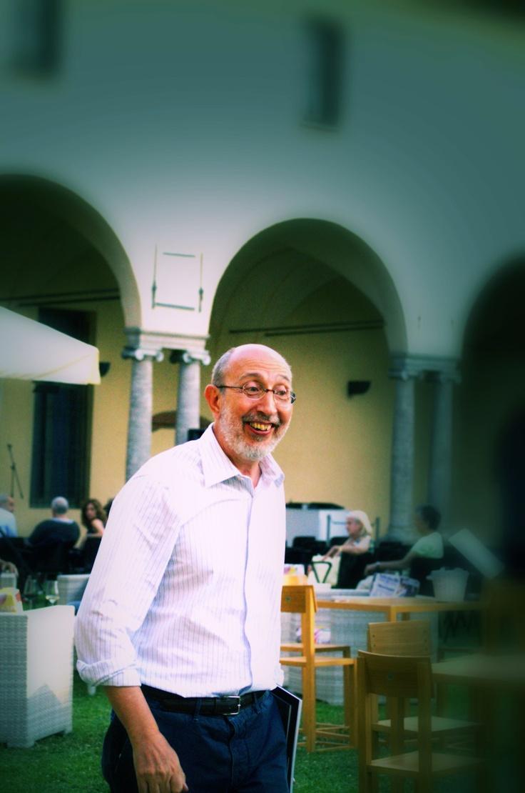 Il direttore Paolo Biscottini dopo il discorso di apertura.