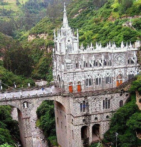 El Santuario de Las Lajas se encuentra en el corregimiento del mismo nombre, a unos 7 kilómetros del centro de Ipiales, Departamento de Nariño, al sur occidente de Colombia. Se levanta desde el profundo cañon del río Guáitara, a 2.616 metros sobre el nivel del mar, en la Cordillera de los Andes. La zona es fronteriza con Ecuador y el Santuario dista unos 12 kilómetros por carretera del principal paso internacional.