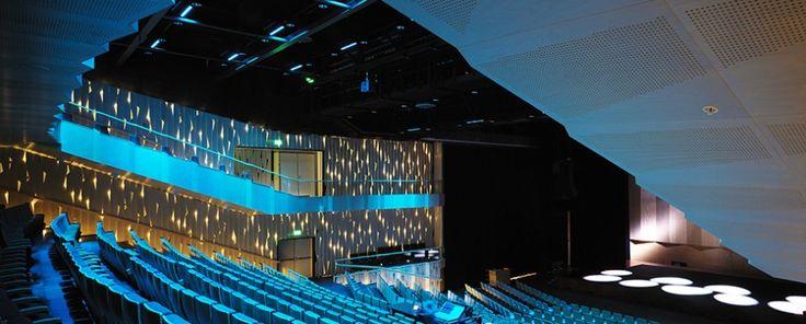 Folkets hus, Umeå stora teatersal Idun. björkpaneler med vackra ljuseffekter Arkitekt: Link