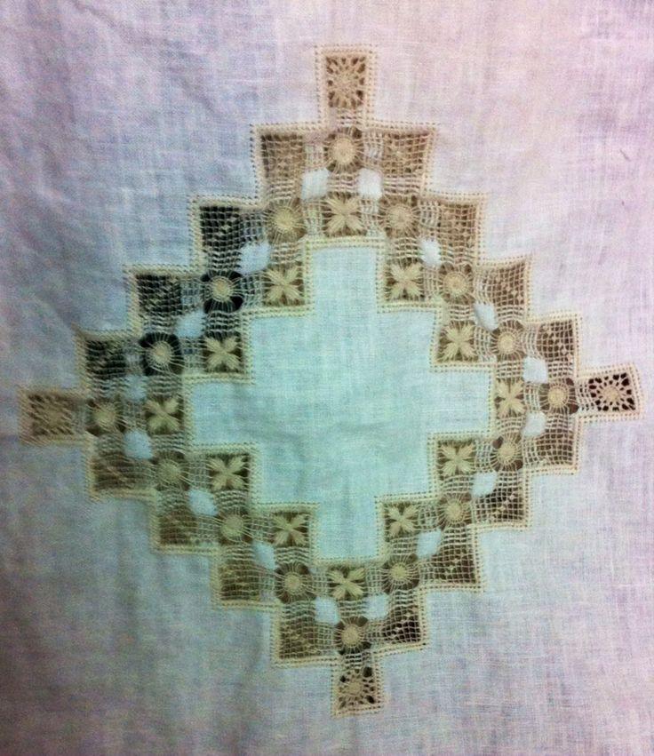 Set per culla - Copertina e lenzuolino- ricamate a mano su lino bellora 2000 color écru - tecniche usate Cilaos per la copertina, sfilati composti per lenzuolino-  Dettaglio centrale della copertina