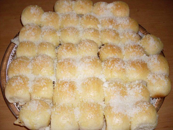 - 500 g de farinha de trigo  - 120 ml de óleo de soja  - 45 g de açúcar  - 10 g de sal  - 1 ovo  - 15 g fermento granulado(obs: fermento para pão em pó)  - 300 ml leite gelado  - 100 g manteiga derretida  - Queijo ralado