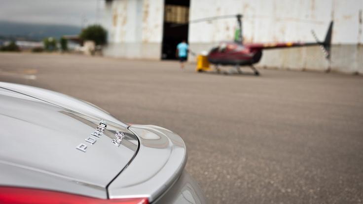 La trasera del nuevo Boxster desafiando a  este helicóptero ligero