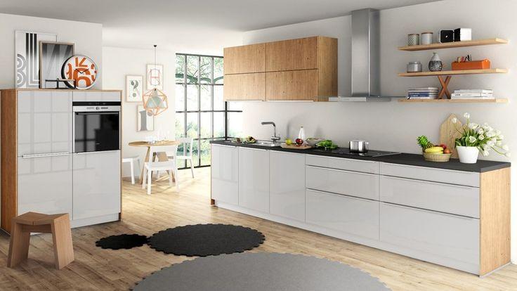 Schüller Küche: Fronten in Kristallgrau und Asteiche, Arbeitsplatte fast schwarz