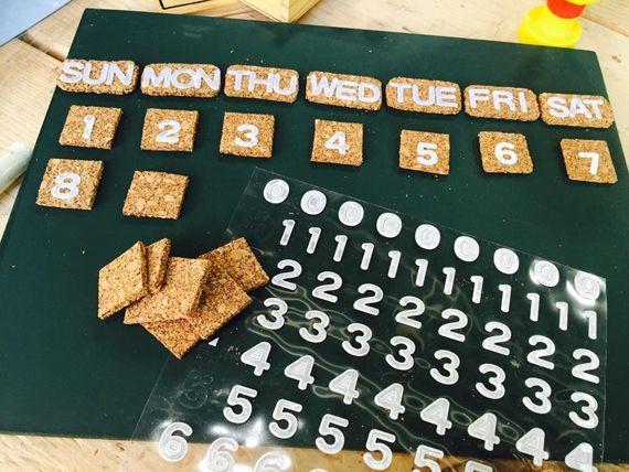 いろいろなDIYに使えるコルククラフトが100均も手に入るって知ってましたか?薄くて切る、貼る、描くなんでも出来ちゃう優れもの♪今回は同じく100均で売っていた黒板と組み合わせて、月によって日付や曜日を変えられるオリジナルのカレンダーを作ってみました!! | ページ2