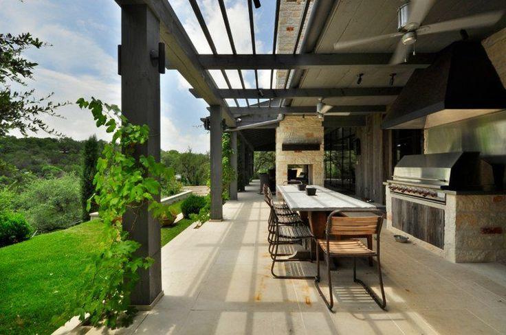 terrasse couverte avec auvent en lames en bois orientables