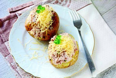 Πανεύκολο και  οικονομικό: Ψητές πατάτες με τονοσαλάτα & τσένταρ!