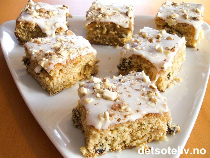 """""""Rondanekake"""" er en nydelig kake med apsikat, rosiner og eplemos. Kaken pyntes med melisglasur og mandler. Oppskriften er til liten langpanne."""