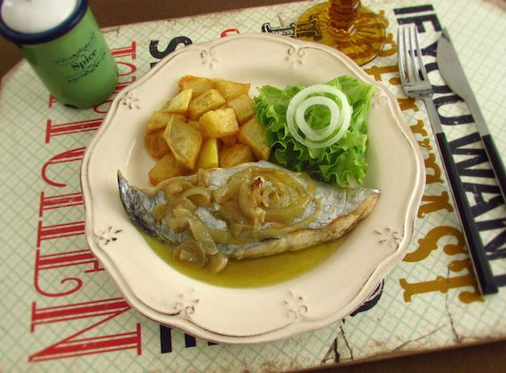 Stewed swordfish | Food From Portugal. A very simple recipe to prepare, swordfish stewed in olive oil, onions and garlics, seasoned with white wine and pepper, served with fried potatoes. http://www.foodfromportugal.com/recipe/stewed-swordfish/