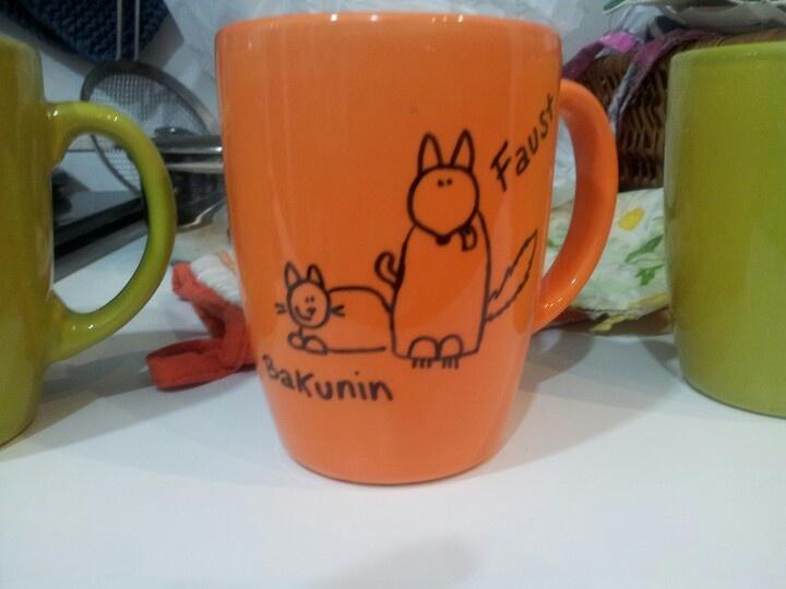 Diy tazza personalizzata con gli aninali delle mie amiche. Usare la penna indelebile sharpie per disegnare e poi cupcere in forno per 30 min a 150°C