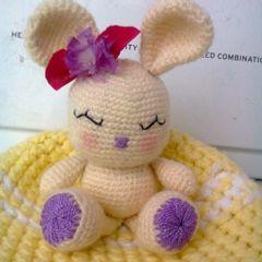 Conejita Kawaii Amigurumi - Patrón Gratis en Español aquí: http://patronesamigurumipuntoorg.blogspot.com.es/2013/05/conejita-kawai.html#.UvtOskAmtNg