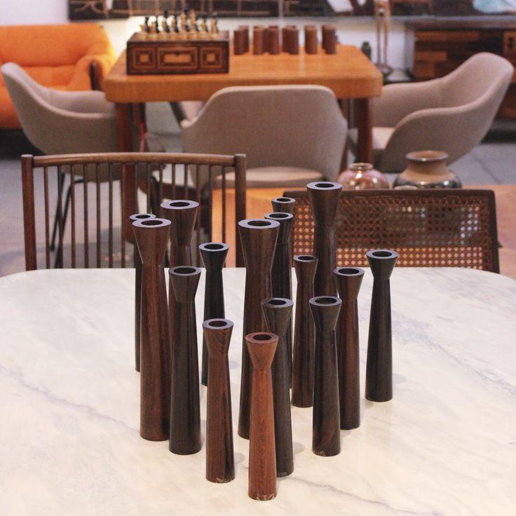 Modernos castiçais em jacarandá originais de época, Brasil. | Original vintage Brazilian rosewood modern candlesticks, Brazil.