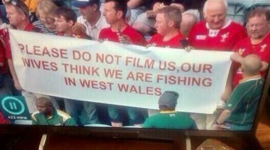 「映像を撮らないで下さい。ワイフ達が俺らは西ウェールズで釣をしてると思ってる」/ブラジルにいるイングランド・サポ