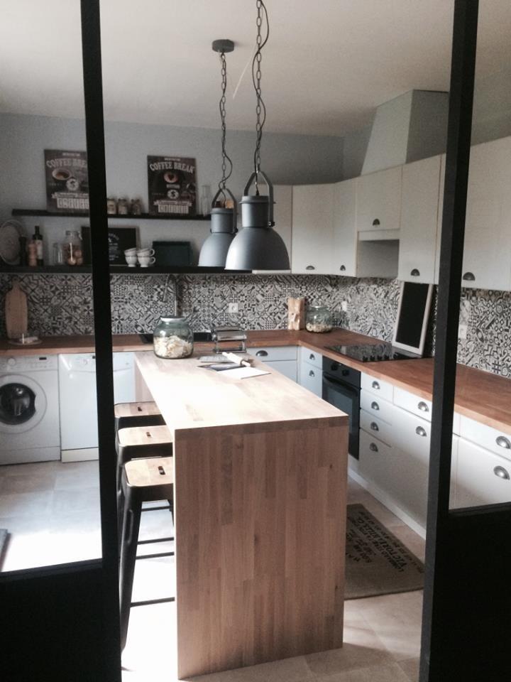 Meubles de cuisine blancs, plan de travail et îlot en bois clair