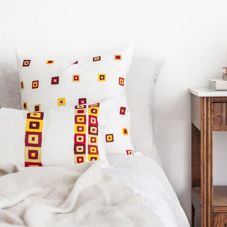 Fresh reds and yellows are the highlight on this hand embroidered linen pillow set // buy on ARTHA Collections #bedroomstyling #handcrafted #linenpillows #throwpillows #interiordecor #schlafzimmerdeko #wohnideen #leinenkissen