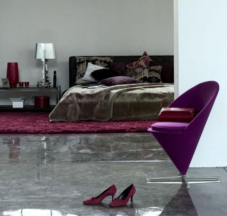Aranżacje sypialni w stylu glamour niosą ze sobą szyk i połysk. Błyszczą się materiały, dodatki i kolory, gdyż takie aranżacje sypialni są wymagające. Splendor i blask w sypialni – zobacz inspiracje i zdjecia w galerii.