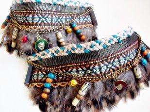alt=decorabotas etnico con plumas y hueso