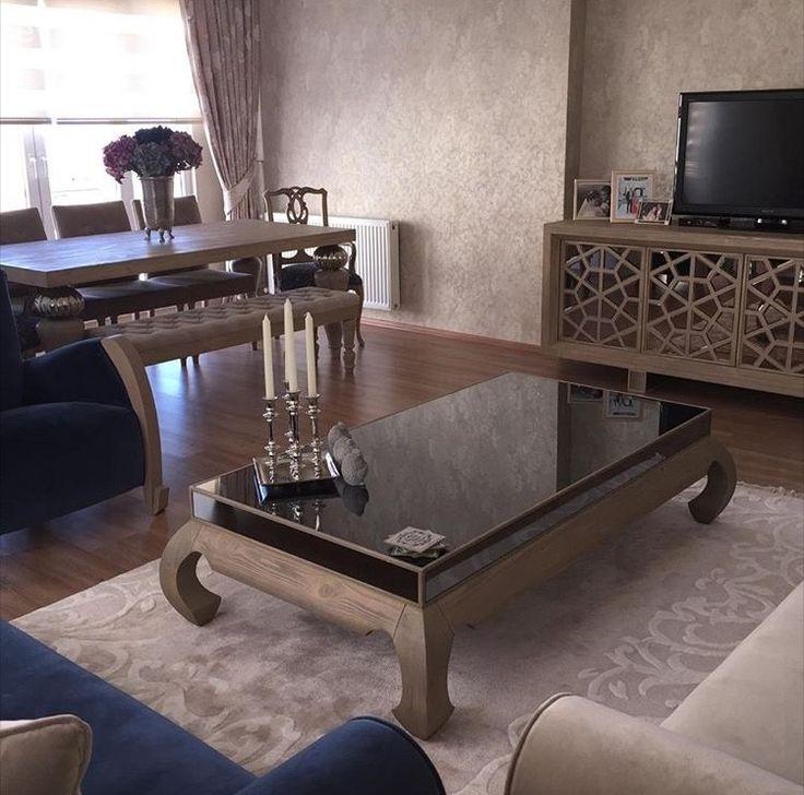 Trabzon'da yaşayan öğretmen Funda hanım 7 senelik evli. Kısa süre önce evinde bir yenileme işine girişen ev sahibimiz ilk olarak evin en çok zaman geçirilen bölümü salondan işe başlamış.  Klasik ve...