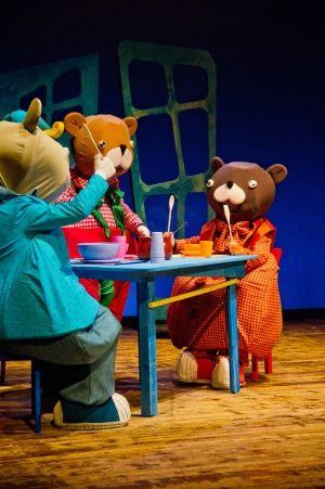 Riccioli d'oro e i tre orsi de La Botte e il cilindro è in scena sabato 16 e domenica 17 aprile al MoMoTI di Monserrato per Il Grande Teatro dei Piccoli.