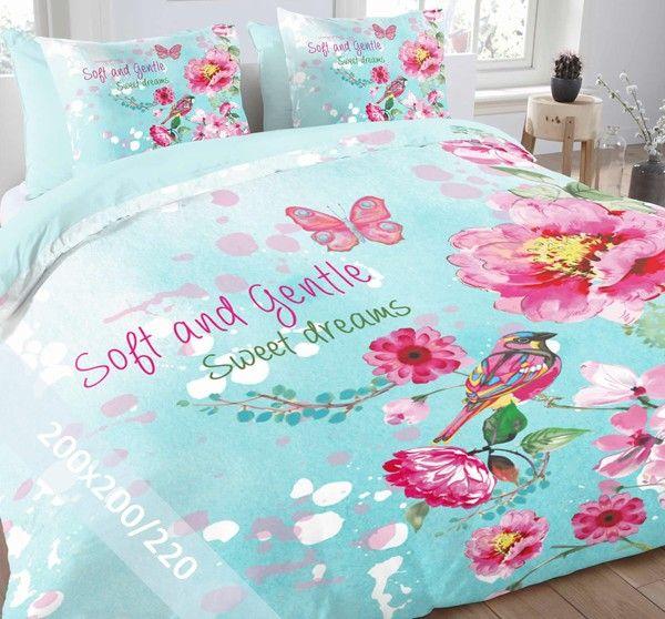 Essara dekbedovertrek 'Soft & Gentle'. Een tweepersoons (200x200/220 cm) dekbedovertrek van 100% zacht katoen met als basis een blauwe achtergrond met daarop diverse roze bloemen, een vlinder en de teksten 'Soft and Gentle' en 'Sweet Dreams'.