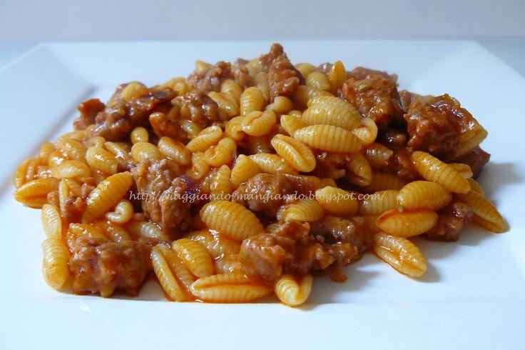 Dice Wikipedia: definiti anche gnocchetti sardi, sono senz'altro la più classica delle paste sarde. Hanno la forma di conchiglie rigate lunghe da circa 2 cm in su, e son fatti di farina di semola e acqua. Si mangiano con varie salse.  Il termine malloreddu (plurale malloreddus) è un diminutivo di malloru, che in sardo campidanese (Sardegna meridionale e centro-meridionale) significa toro.   Di conseguenza, malloreddus vuol dire vitellini.
