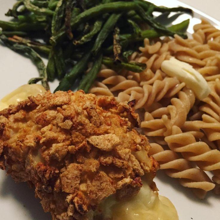 Aftensmaden i dag - inspireret af en video som florerer på Facebook. Pasta, bønnefritter og kylling vendt i knuste protein-chips og fyldt med ost i midten. #dinner #chicken #bodylab #bodylabdk #fitfamdk #opskrift #sunde #sund #chicken #nuggets panerad ost-fylld kyckling • smör makaroner • haricot vertes fav