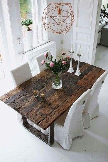 Mooie rustieke eet/leestafel met een serene achtergrond. I it!!!
