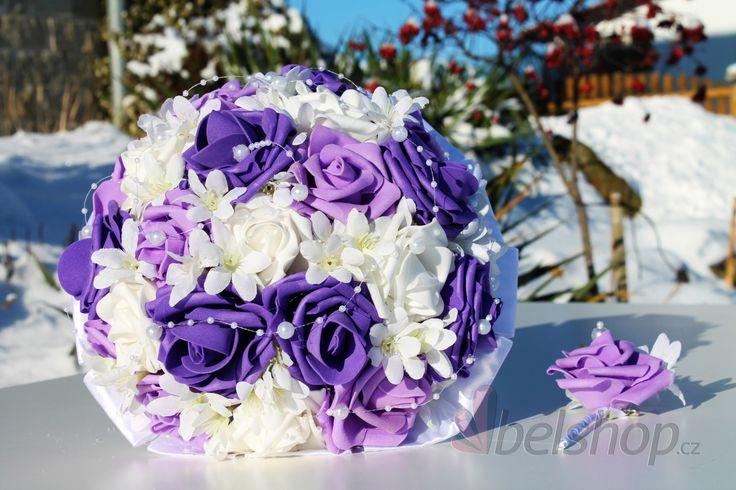 Fialovo-bílá svatební kytice. Umělá svatební kytice. Pěnové růže a kombinace vistérie a perliček na silikonu.