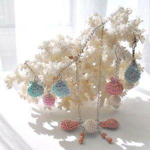 4 ekszerek-horgolt-csiga-kagylo-bogyo-zsuzsuval Crochet charms