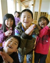 避難所で笑顔を見せる子どもたち=18日午後、宮城県七ケ浜町の松ケ浜小学校