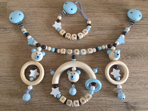 Süße und farblich sehr schön angepasste Kinderwagenkette in babyblau-braun-weiß-Natur für kleine Prinzen, die ich individuell und liebevoll gefertigt habe. Die Kinderwagenkette kommt schick...
