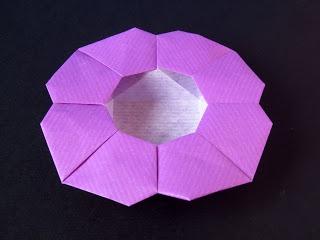 Scatola a fiore - Flower Box From one uncut square. Designed and folded by Francesco Guarnieri, March 2008. Diagrams: published on Quadrato Magico 95 (CDO, estate / autunno 2009)