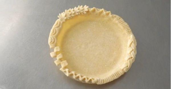 28 techniques pour décorer les croûtes de pâte à tarte! Deux vidéos pour vous montrer 28 façons de décorer les croûtes de vos pâtes à tarte!