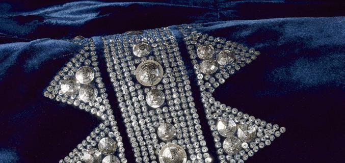 Tutto ebbe inizio disegnando cappelli da donna. Poi la creazione di una boutique, di una linea di abbigliamento, di un atelier in Faubourg Saint-Honoré ed un successo nel mondo della moda destinato a durare nei secoli. Dalla fine dell'Ottocento ad oggi, tutta la storia di Mademoiselle Jeanne Lanvin e della sua maison diventano una retrospettiva alla portata di tutti, dall'8 marzo al 23 agosto, presso il Palais Galliera di Parigi.