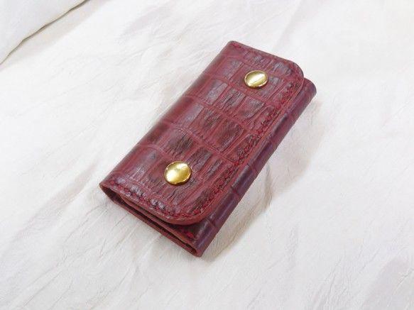 クロコ型押しアンティーク加工の牛革で作りました。全てハンドステッチで仕上げています。手にすっぽりと収まるサイズです。ゴールドの金具と相まって高級感は抜群です。|ハンドメイド、手作り、手仕事品の通販・販売・購入ならCreema。