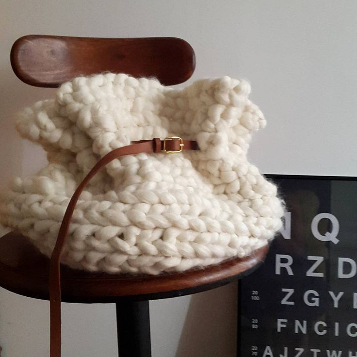 sac en laine tricoté avec les dos en grande tresse et enroulée sur elle-même. Tricot, tricotin