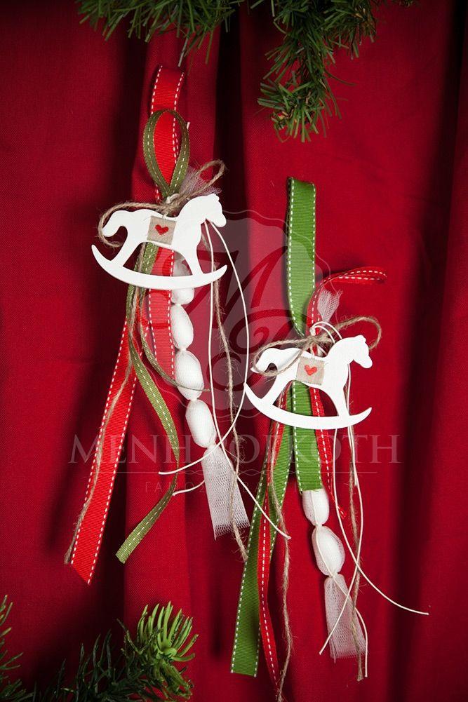 Χριστουγεννιάτικη κρεμαστή μπομπονιέρα βάπτισης με λευκό ξύλινο αλογάκι