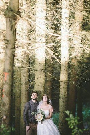 romantische Hochzeit im Wald mit knöchellangen Brautkleid mit Tüllrock und passenden Stiefelletten zum Brautkleid im 50er Jahre Stil