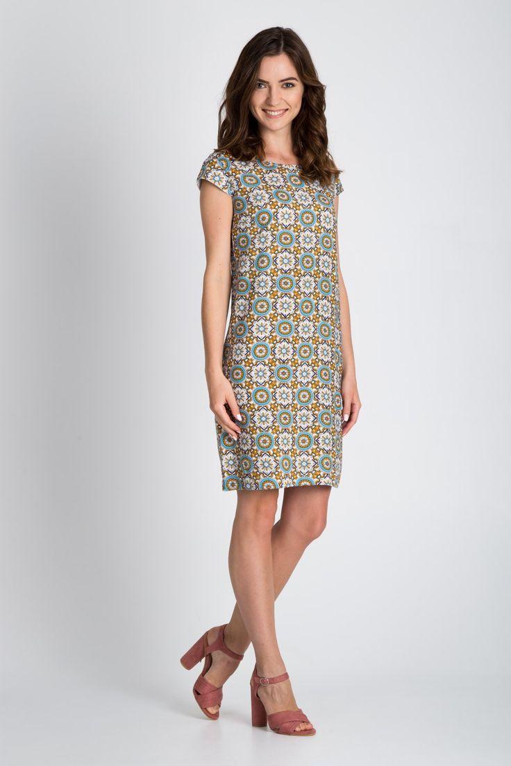 WZORZYSTA SUKIENKA O LINII A. Sukienka o minimalistycznym kroju. Wykonana z wiskozowej tkaniny w ciekawy kolorowy wzór. Prosty model ze skromnym dekoltem oraz z mini rękawkami. Posiada lekką, tkaninową podszewkę. Zapinana z tyłu na kryty zamek. Modny zestaw stworzysz z torbą w miejskim stylu oraz wydłużającymi nogi butami na obcasach.