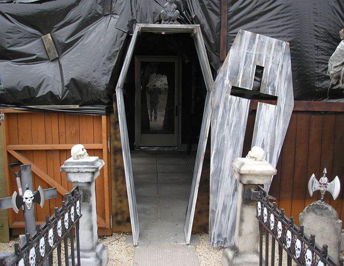Très bonne idée : entrée d'un décor hanté, porte en forme de cercueil