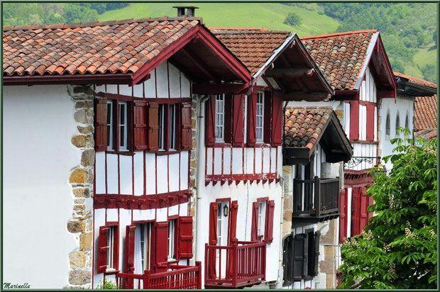 Sare et ses vieilles maisons basques dans une ruelle, Pays Basque français