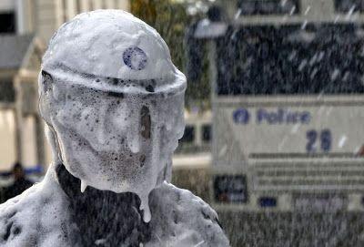pompiers contre policiers mousse extinctrice 5   Pompiers contre policiers en Belgique   pompier policier photo mousse image crs bagarre