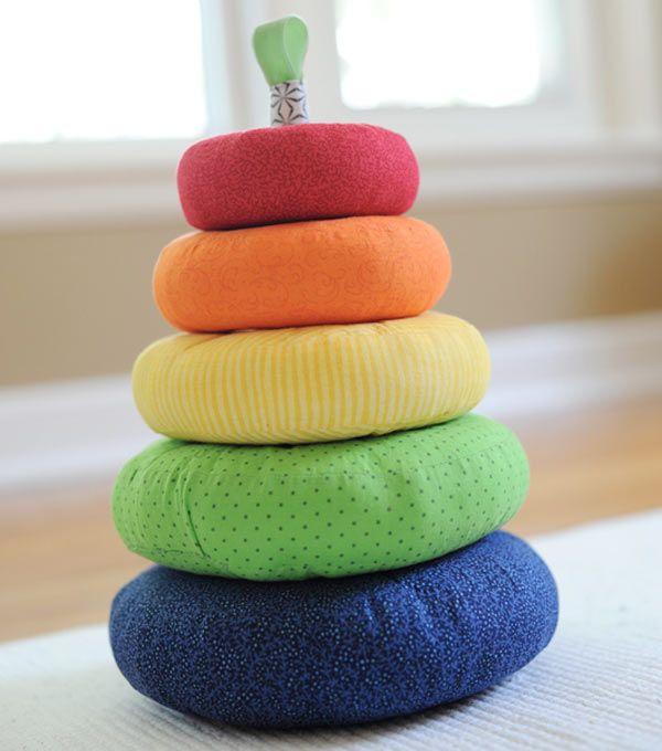 Aujourd'hui, les idées de cadeaux concernent les bébés ! Ils aiment les cadeaux colorés et leurs mamans aiment les cadeaux pratiques et assortis à la chambre (en ce qui concerne la déco)
