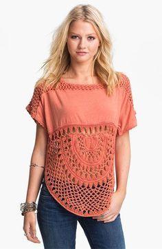 Blusa laranja com aplicação em crochê