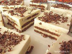 Обалденный торт, за 20 минут, БЕЗ ВЫПЕЧКИ! Я его делаю каждую неделю! Ингредиенты для торта из печенья без выпечки: Для «коржей»: — печенье с какао около 300 г (самое обычное квадратное печенье без глазури и начинки). Для крема: — 250 г творога, — 250 г сметаны, — 100 г сахара, — 1 ст. л. желатина в гранулах, — немного воды (около 75 мл). Для украшения: — маленькая шоколадка. Приготовление торта из печенья без выпечки: Пожалуй, самое сложное в этом рецепте — это почитать составы на у